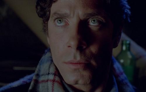 Notre héros a de jolis yeux, sinon,euh...une belle fossette aussi...