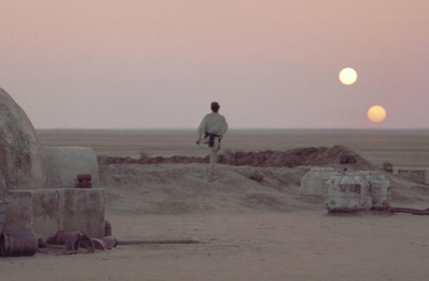 La reprise de l'image des deux soleils couchants entre La Revanche des Sith et un Nouvel Espoir a le mérite de border le destin de Luke, de marquer les limites de son enfance. C'est joli, je trouve