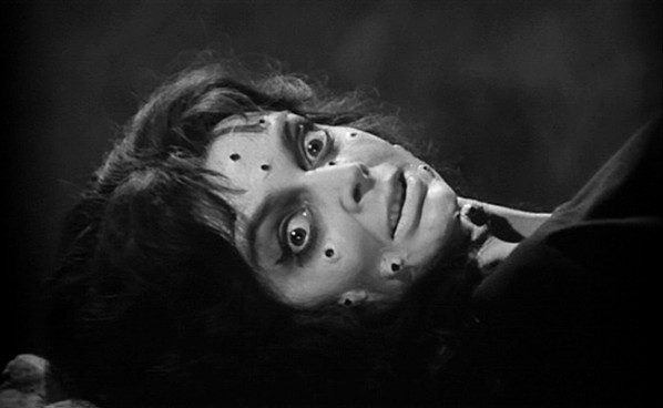 Résurrection d'un visage modelé pour le cinéma de genre ©Titanus ©Films Sans Frontières/source: https://www.imdb.com/name/nm0824489/mediaviewer/rm1520126208