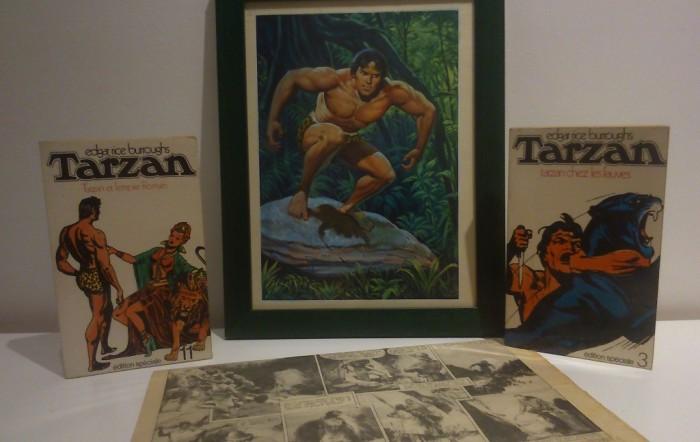 Une peinture de Tarzan par Jean Frisano avec deux livres tirés de sa bibliothèque : Tarzan chez les fauves et Tarzan et l'empire romain de Edgar Rice Burroghs (édition 1970 diffusion Denoël) ainsi qu'un journal italien avec des histoires dans la Jungle. Typiquement le genre d'univers qui plaisait à Jean.