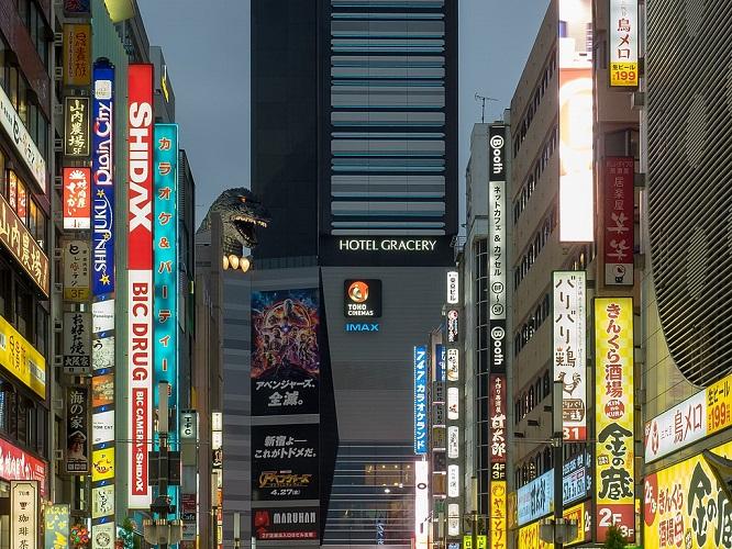 Godz_02 Une scène d'un film ? Non pas du tout, le quartier Kabukicho à Tokyo !  Source : Wikipedia. https://commons.wikimedia.org/wiki/File:Godzilla_(27813102648).jpg