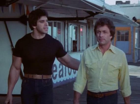 """Mise en abyme totale : dans l'épisode """"King of the Beach"""" Lou Ferrigno est à la fois Hulk et l'ami de Banner ! Source : Imdb (C)"""