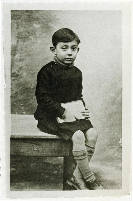 Lucien, un enfant espiègle et malicieux qui va progressivement apprendre le cynisme et la mélancolie au contact des autres. Photo du domaine public- Source : Flickr