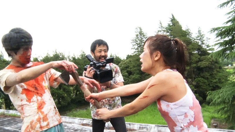 Oh oui baby fait l'amour à la caméra ! © Asmik Ace.  Source : Variety https://variety.com/2018/film/asia/japan-zombie-comedy-one-cut-of-the-dead-crowds-and-controversy-1202915106/