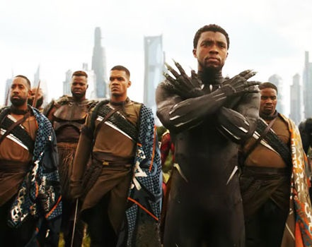 Un symbole qui soudainement dépasse le format de la pellicule. © Marvel studios/Walt Disney Source :https://cdn.images.express.co.uk/img/dynamic/36/590x/secondary/black-panther-avengers-infinity-war-1223800.jpg