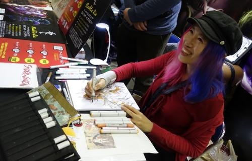 Rachta Lin l'artiste Singapourienne dessine même avec une attelle !