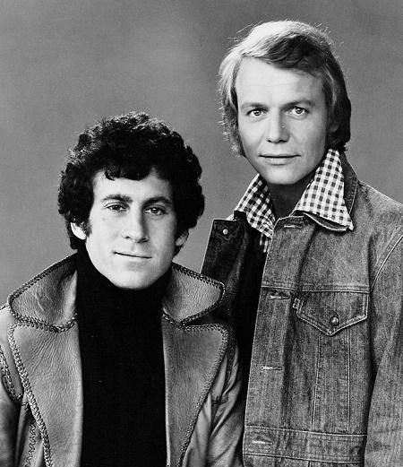 Deux icônes des années 70. Photo du domaine public Source: Wikipedia https://fr.wikipedia.org/wiki/Starsky_et_Hutch#/media/Fichier:Paul_Michael_Glaser_David_Soul_1975.JPG