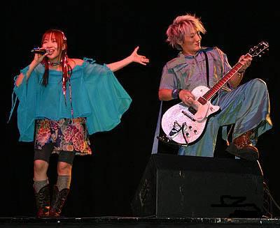 Atsuko et Katsu (qui se prend pour un super saiyan avec sa coupe de cheveux) Image libre de droits source:  wikimedia