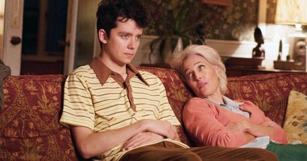 Otis et sa mère, tous les deux sur le canapé de la psy © Netflix Source NiT