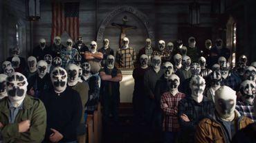Ces gars ne respectent rien, ils gardent même leur couvre-chef à l'église  HBO Source RTBF.be